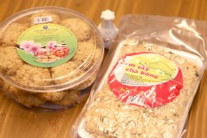 【本日のおいしいモノ】 OGスタッフミヤザキのベトナム土産!クッキーとおこわ…?イメージ