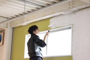 デザイン事務所スタッフが壁を塗装して職人さんの大変さを知る。イメージ
