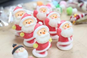 サンタの大群!in パティスリーエスさんのクリスマスケーキ撮影イメージ