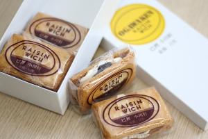 【本日のあまいモノ】 サクサククッキーに挟まれたレーズンとチーズクリームが美味い!元祖 レイズン・ウィッチ!イメージ