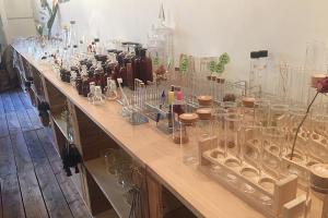 理科室みたいなお店で備品チェック!_NUMOROUSプロジェクトイメージ