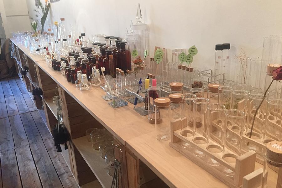 理科室みたいなお店で備品チェック!_NUMOROUSプロジェクトメインイメージ