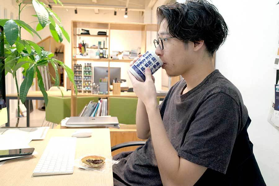 トナリの席観察日記:おやつを食べるおじいちゃん…?メインイメージ