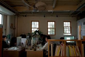 社内撮影始まった時…の事務所の様子イメージ
