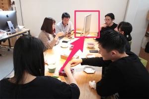 スタッフの間にiMacという壁イメージ