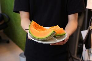 実食!!!メロンを食べるKOMスタッフたちイメージ