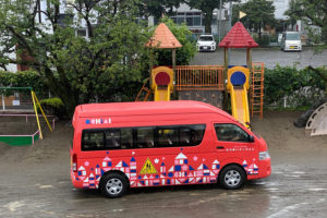 完成したスクールバスと工事の下準備_落合幼稚園プロジェクトイメージ