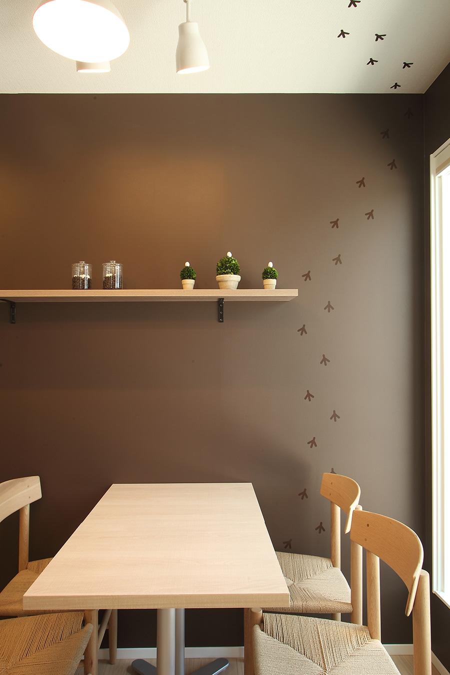 カフェの茶色い壁