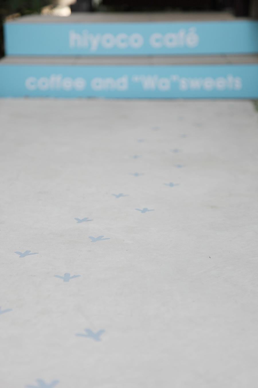 カフェの鳥の足跡