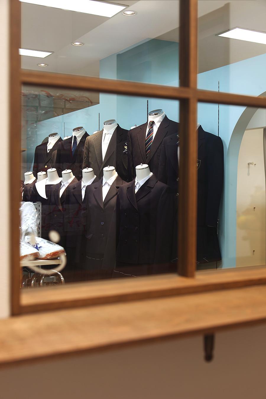 学生服専門店のマネキンディスプレイ