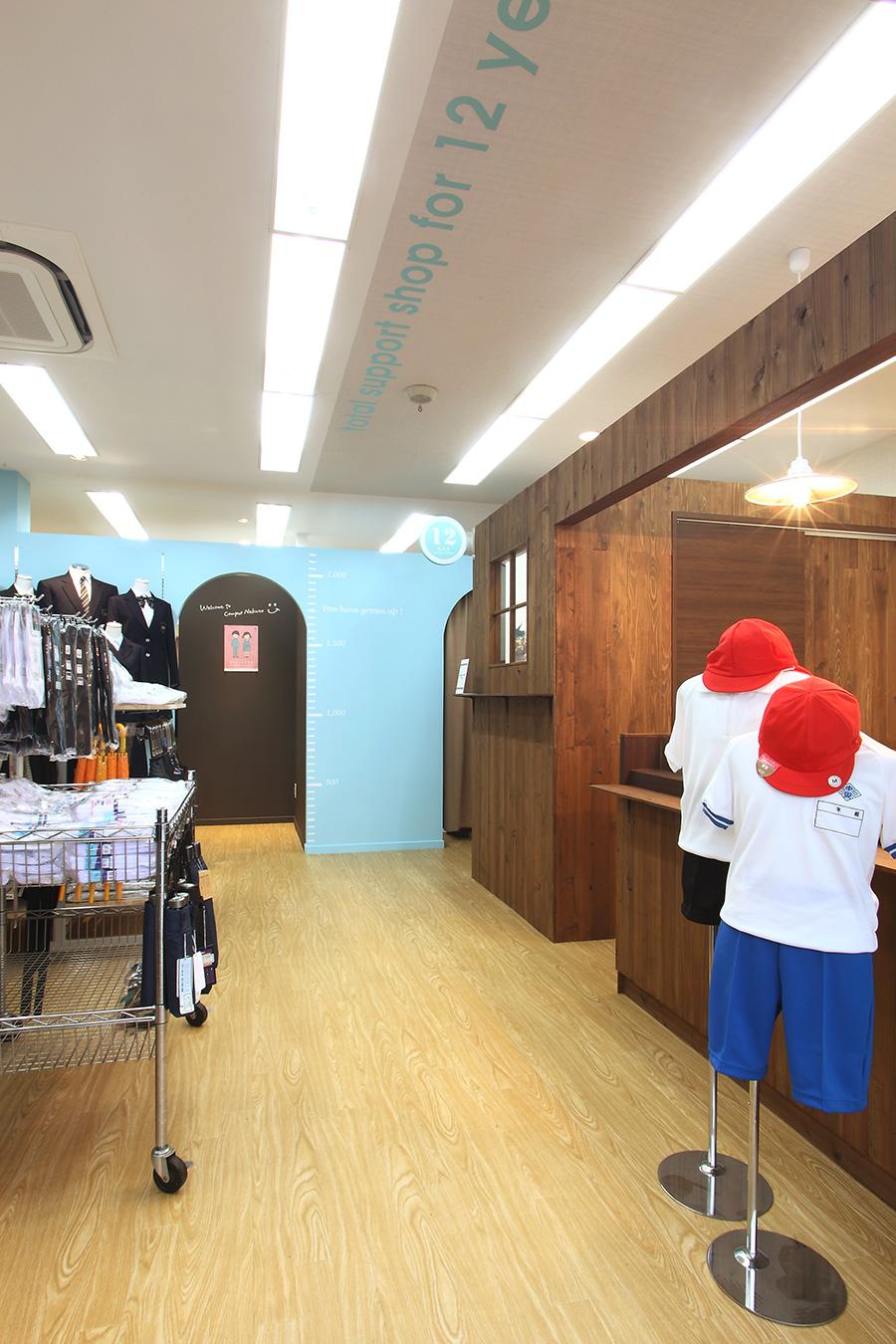 学生服専門店のディスプレイ