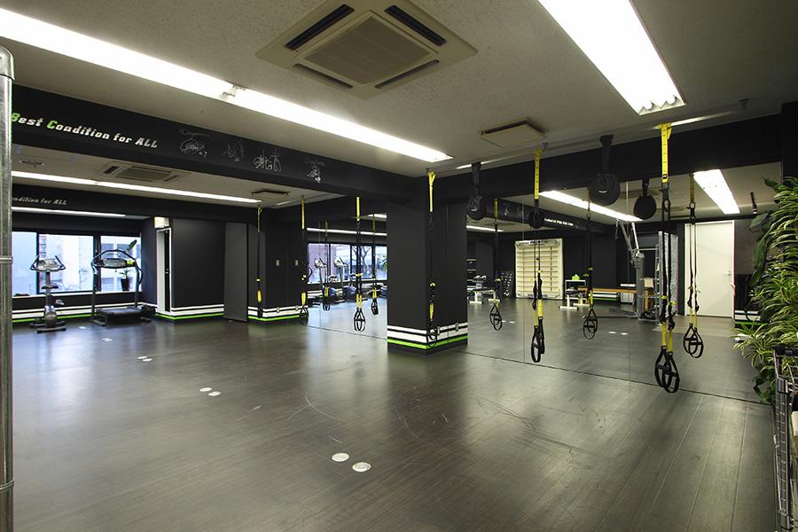 パーソナルトレーニングスタジオのミラー