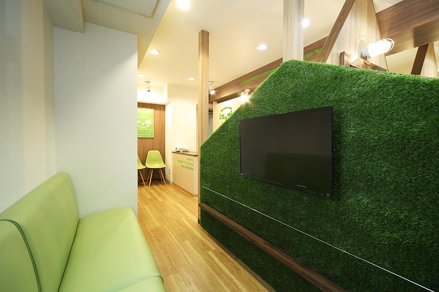 カットサロンの人工芝の壁