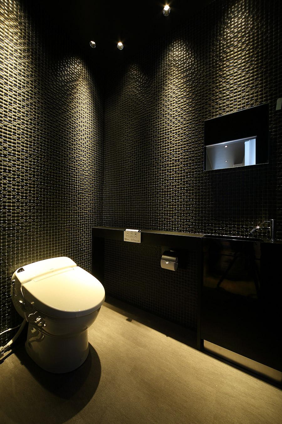 カーカスタムショップのおしゃれなトイレ