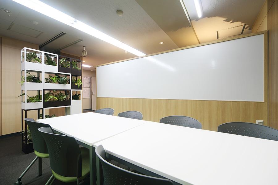 壁面緑化の打ち合わせ室デザイン