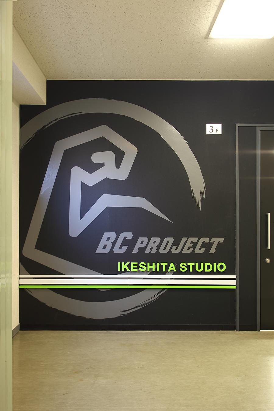 トレーニングスタジオのロゴマークサイン